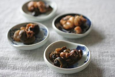 調味料が煮たってから材料を入れるとくせのない仕上がりになります。 小皿に盛り付けてお通しにどうぞ!